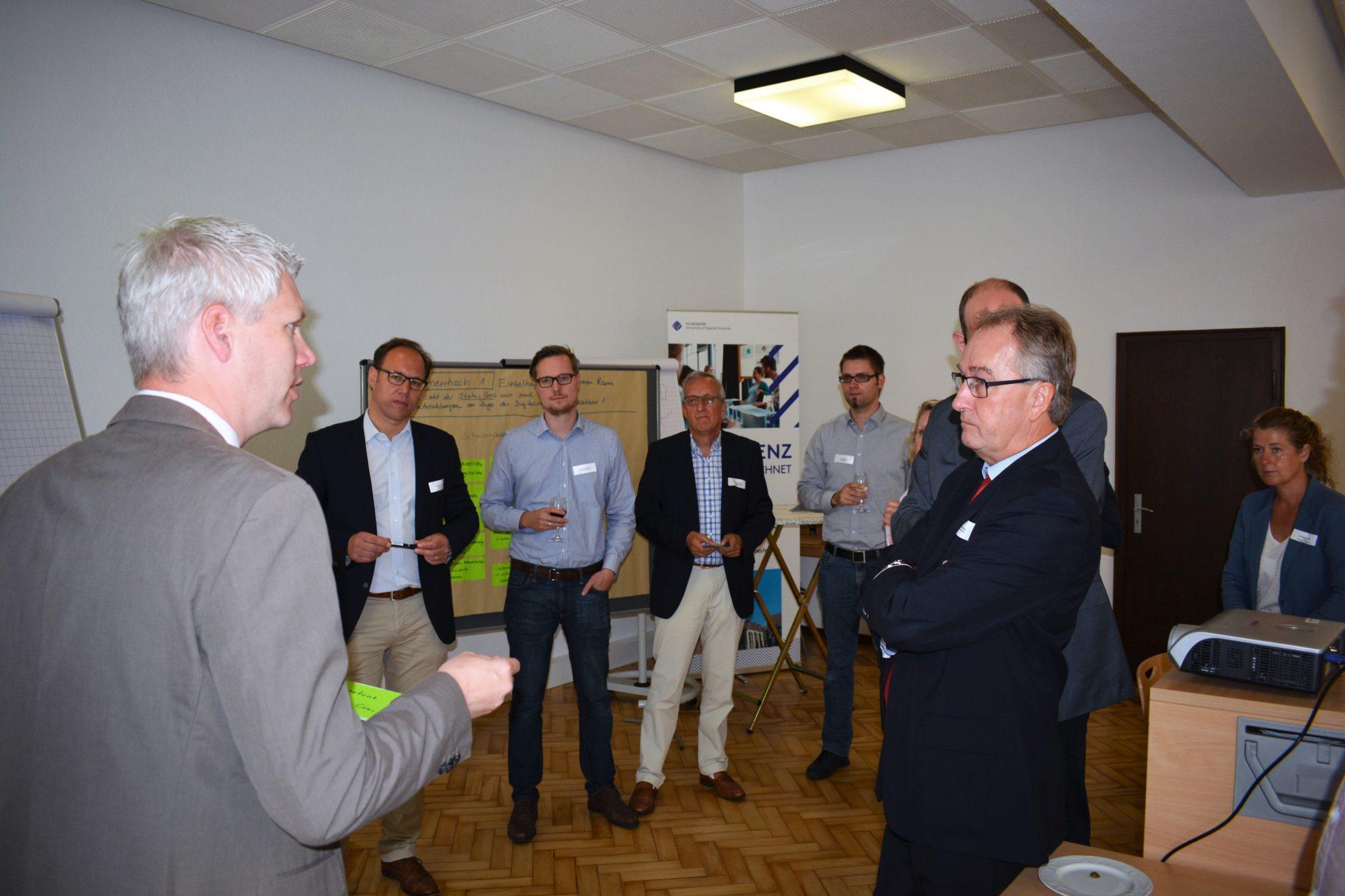 Vertreter der Kommunen und des Einzelhandels diskutieren über Möglichkeiten der Stärkung der Innenstädte und des lokalen Einzelhandels durch E-Commerce