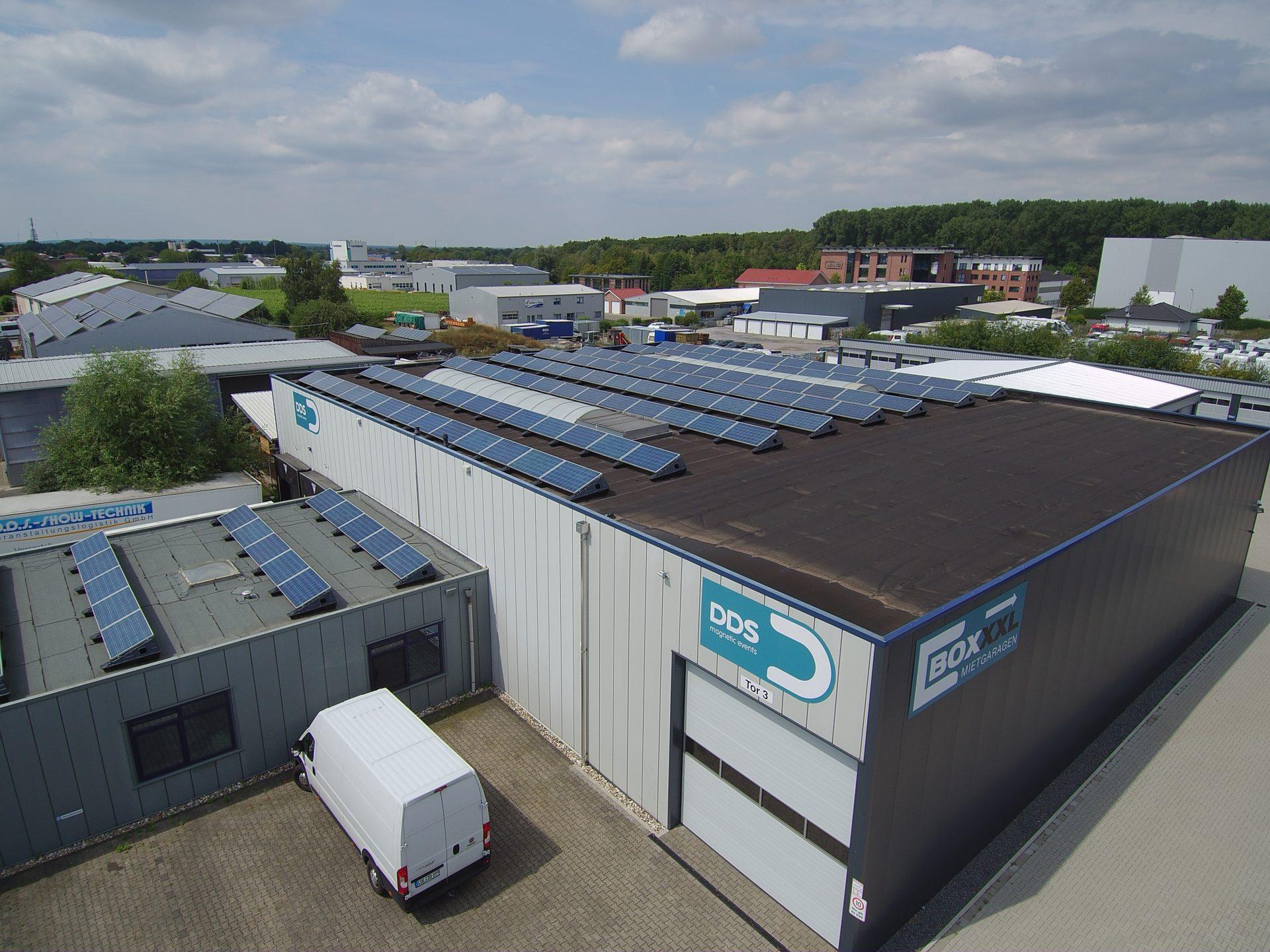 (Nr. 04144) Moderne Industriehalle mit 2 Laderampen und angeschlossenen Büroräumen